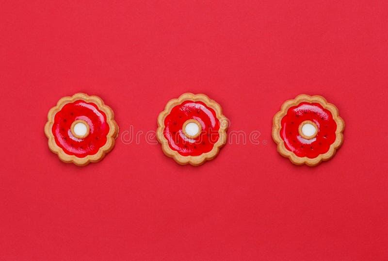 与樱桃果冻的三个曲奇饼 免版税库存照片