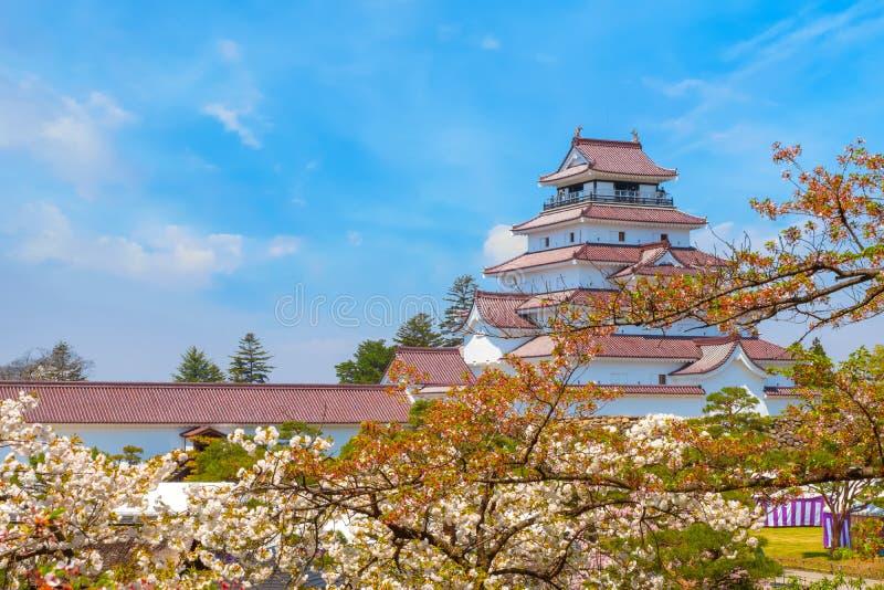 与樱花的会津若松市城堡在福岛,日本 图库摄影