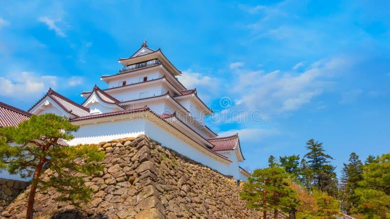 与樱花的会津若松市城堡在福岛,日本 免版税库存照片