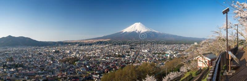 与樱花的山富士在Chureito塔,吉田市,日本 免版税库存图片