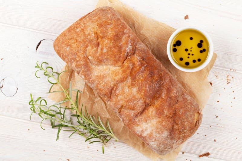 与橄榄油和迷迭香的Ciabatta 库存照片