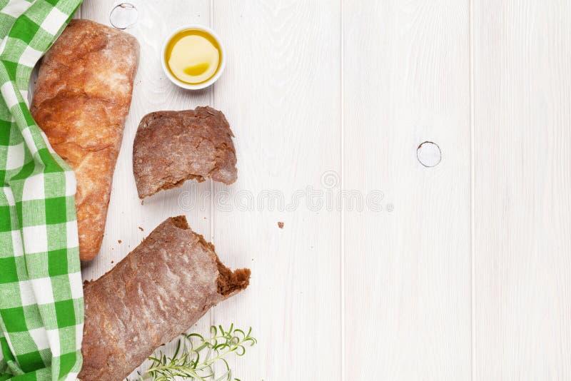 与橄榄油和迷迭香的Ciabatta 免版税库存照片