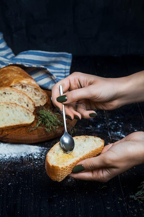 与橄榄油的切的自创意大利ciabatta面包在黑暗的背景 Ciabatta,草本,橄榄油,面粉 关闭看法,复制s 免版税库存照片