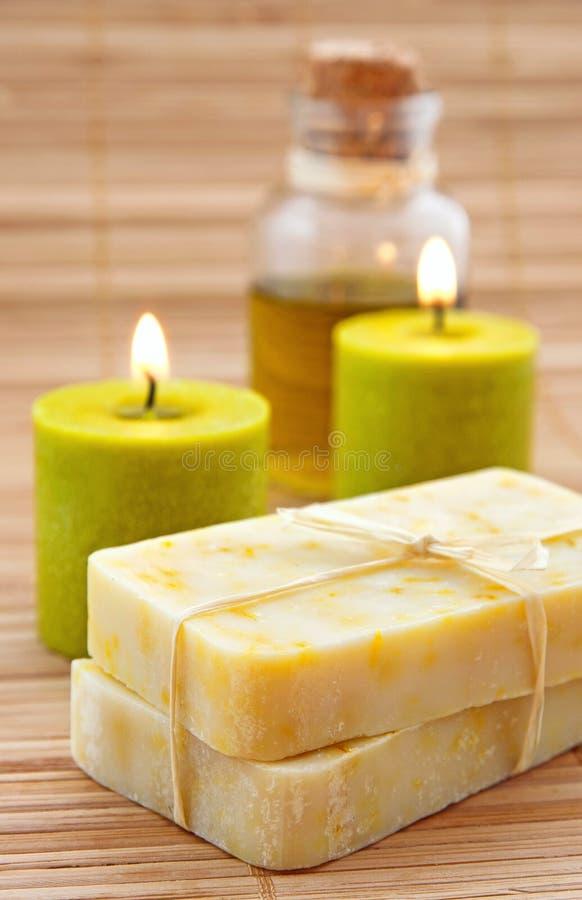 与橄榄油的手工制造marigaold肥皂 免版税库存照片