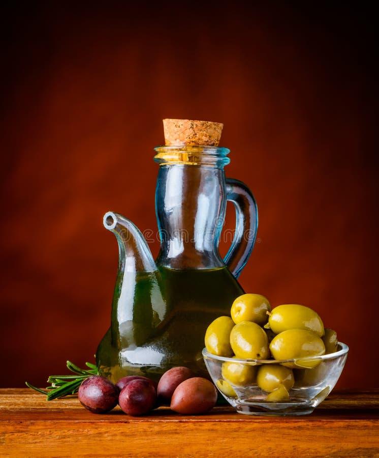 与橄榄油的橄榄 库存图片