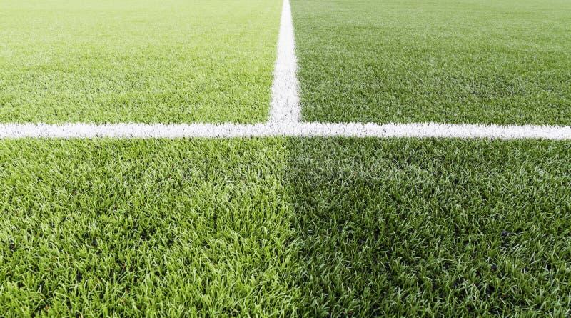 与橄榄球场空白线路的绿草  免版税图库摄影