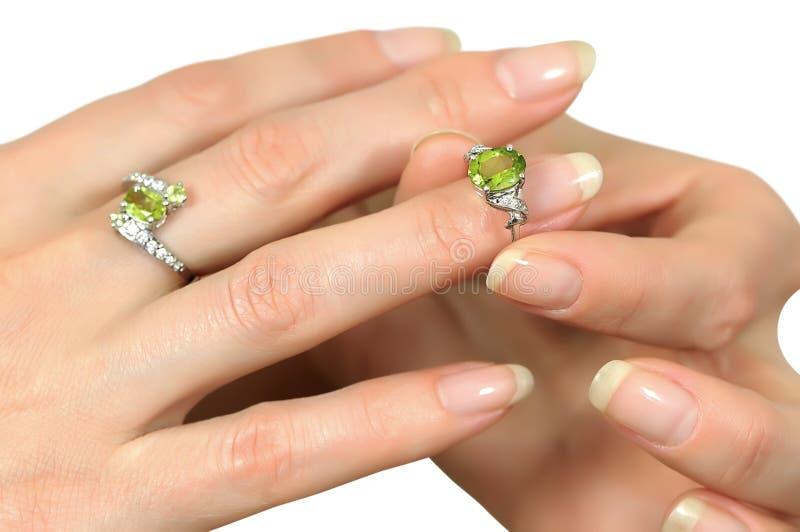 与橄榄石的银色圆环在手指 库存照片