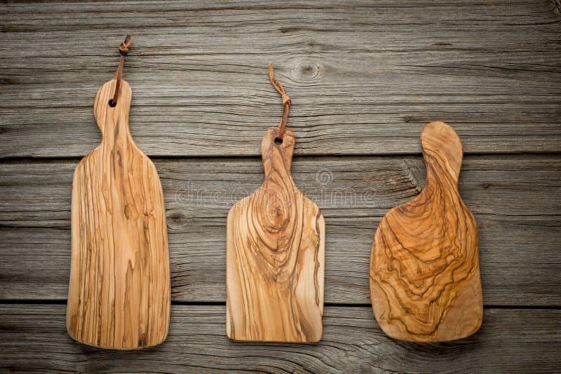 与橄榄色的木委员会的构成在橡木顶部 库存照片