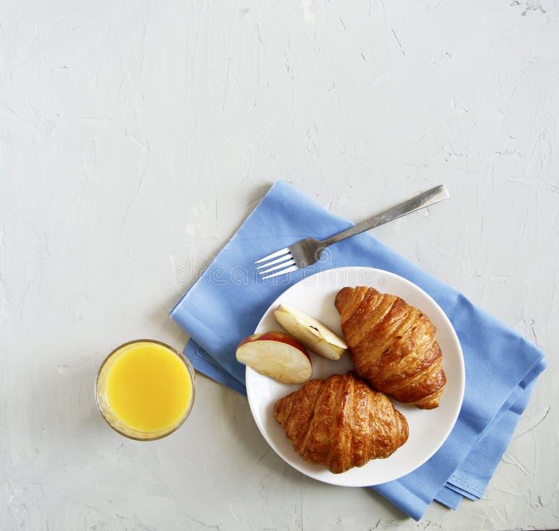 早餐顶视图 r 新月形面包 免版税库存照片