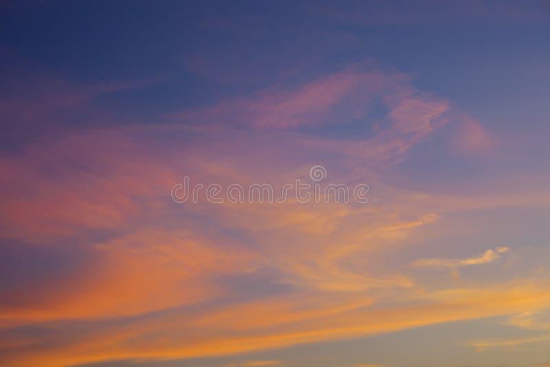 与橙色云彩的日落天空,抽象背景 免版税库存照片