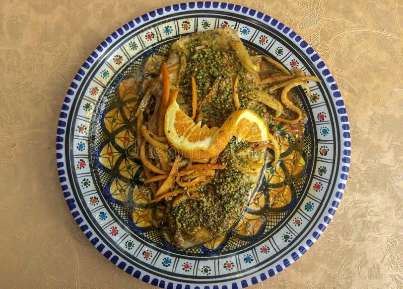 与橙色传统西西里岛盘的箭鱼 免版税库存照片