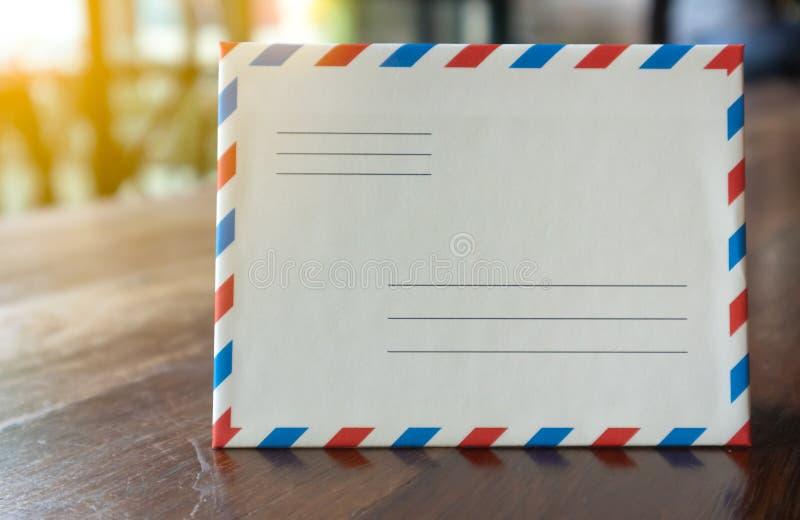 与橙色光的特写镜头白色减速火箭的样式信件信封 图库摄影