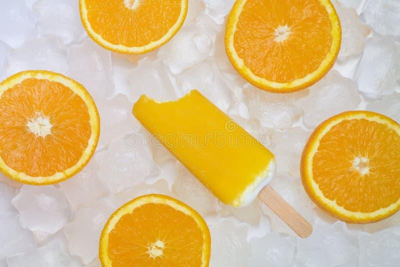 与橙色切片的被咬住的冰淇凌 免版税图库摄影