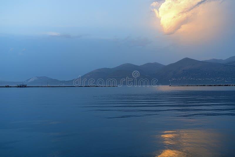 与橙色发光的云彩的海洋风景 免版税图库摄影