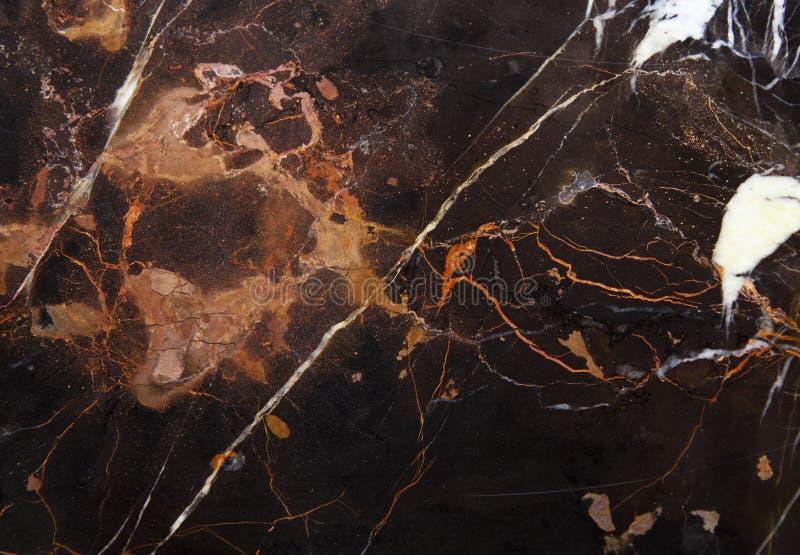 与橙色和白色静脉的布朗大理石 库存图片