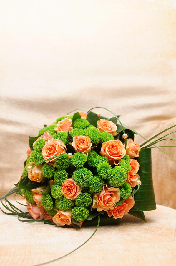 与橙色和绿色花的婚礼花束 免版税库存图片