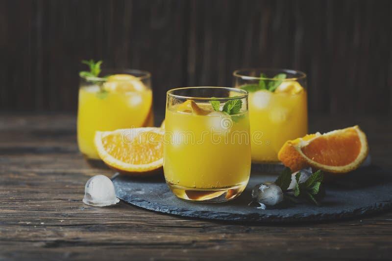 与橙色和薄荷的新鲜的夏天鸡尾酒 免版税库存图片