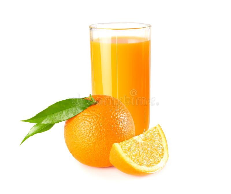 与橙色在白色背景隔绝的切片和绿色叶子的橙汁 在玻璃的汁液 免版税图库摄影