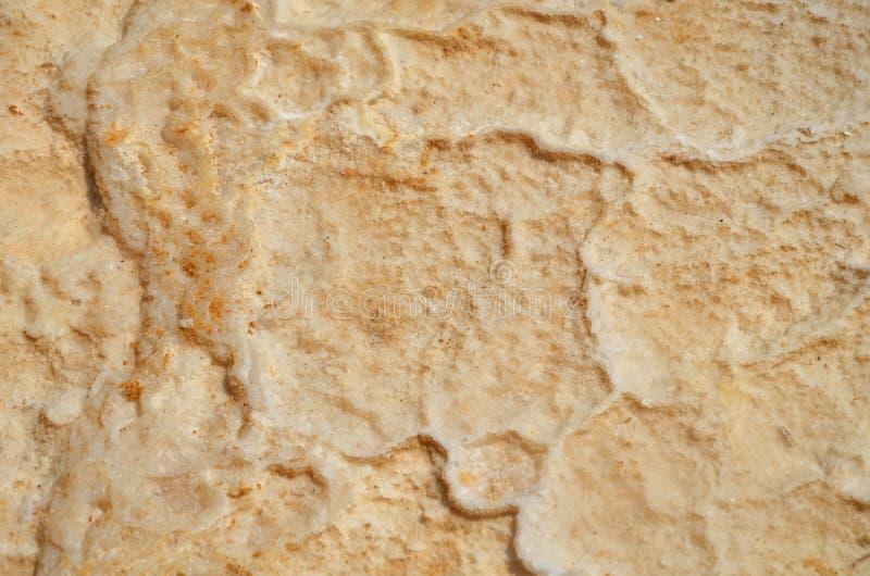 与橙色沙子混合的干盐的纹理 死海的底部在以色列,海烘干并且消失 库存照片