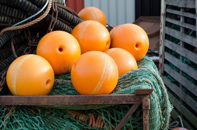 与橙色浮游物的捕鱼网 库存照片