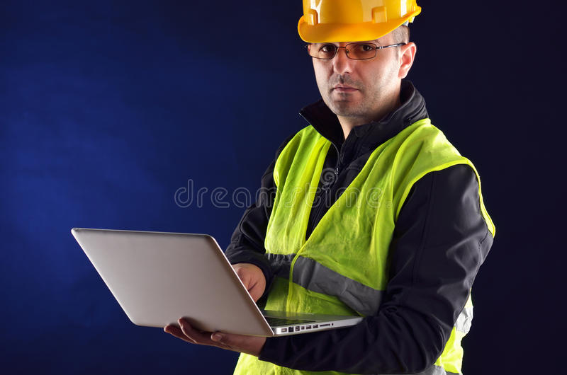 与橙色盔甲的年轻工程学 库存图片
