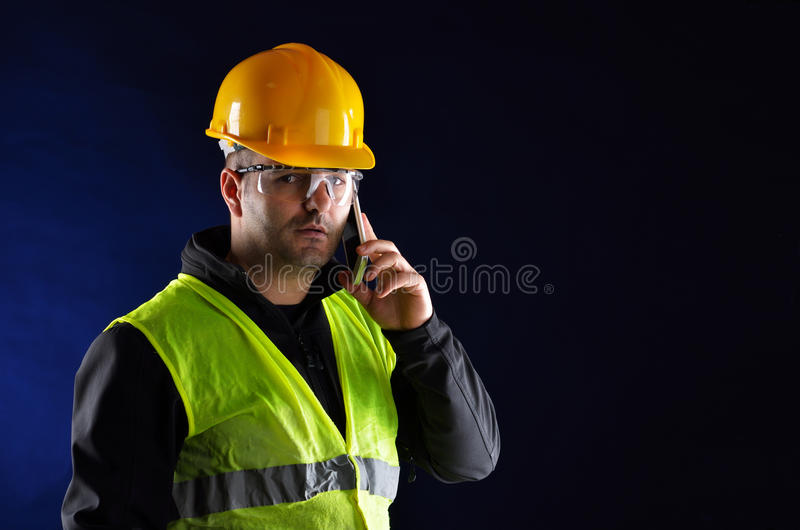 与橙色盔甲的年轻工程学 免版税库存图片