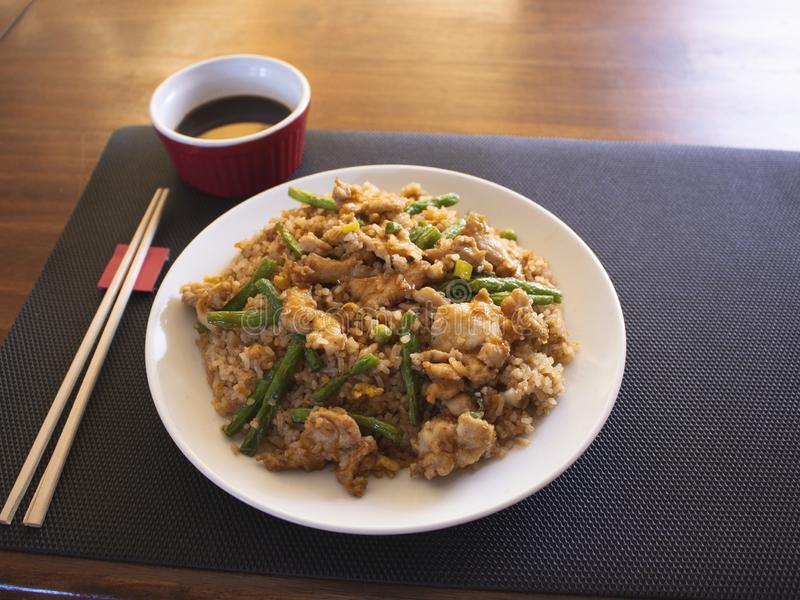 与橙色鸡和菜的中国炒米晚餐的 免版税图库摄影