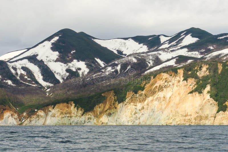 与橙黄色色的沙子石灰石岩石和地质结构在岸,完善的远征的令人惊讶的海岸线 库存照片