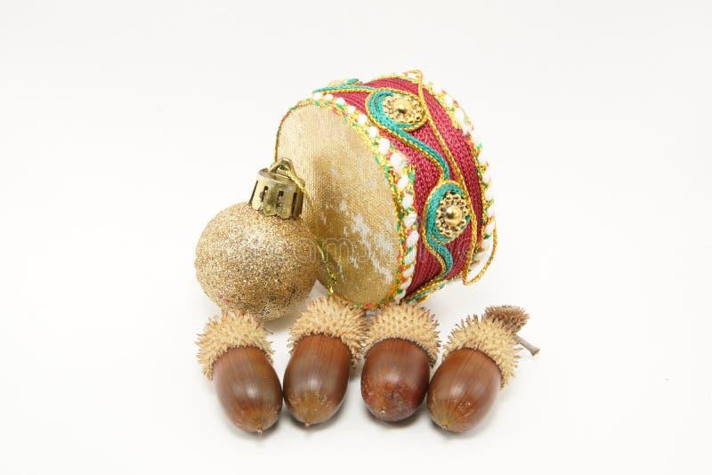 与橡子的圣诞节装饰品 免版税库存照片