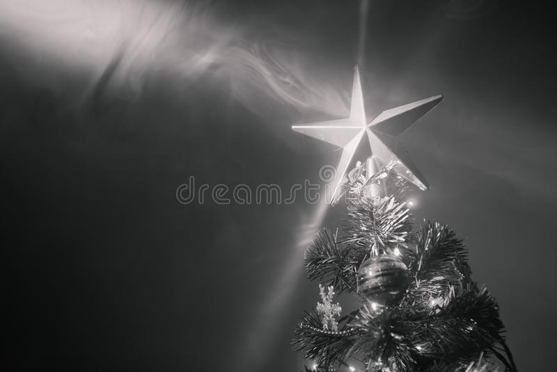 与欢乐星的圣诞树在烟,黑白 库存图片