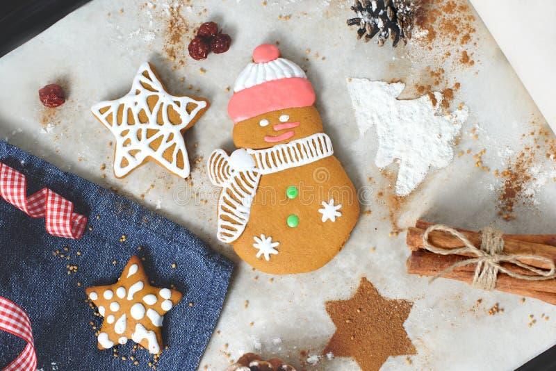 与欢乐装饰的圣诞节曲奇饼 免版税图库摄影