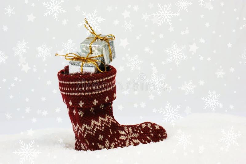 与欢乐长袜的圣诞节背景被紧贴的有很多礼物 免版税库存图片