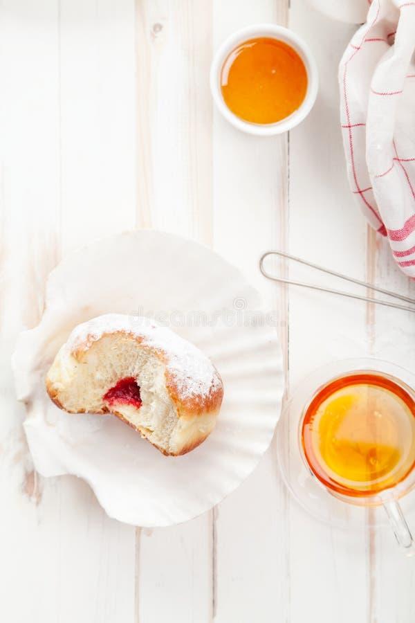 与欢乐sufganiyot油炸圈饼的茶时间 库存图片
