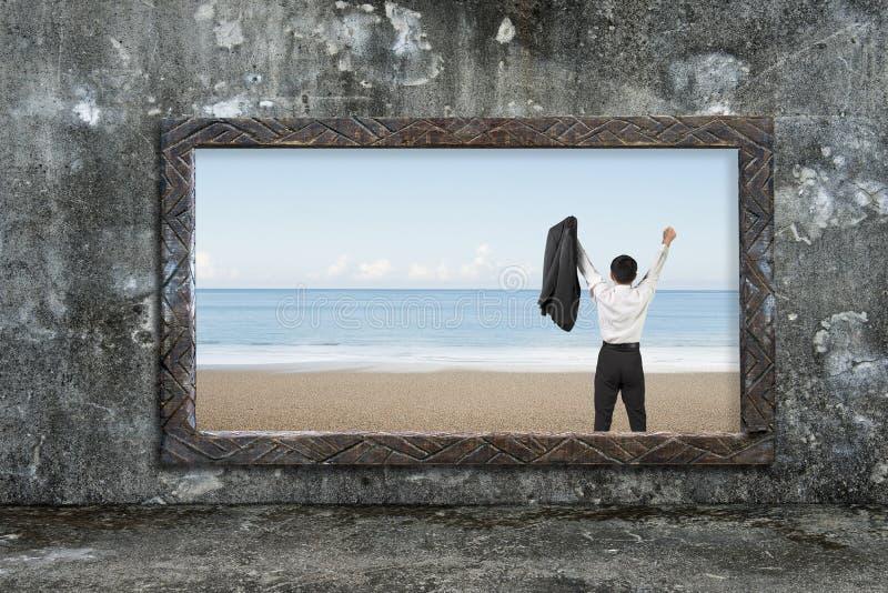 与欢呼的人的老木制框架窗口海视图 库存图片