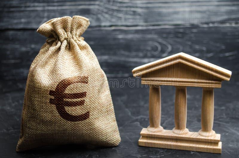 与欧元金钱和银行或者政府大厦的一个袋子 储蓄,投资在预算方面 津贴和补贴 付款  免版税图库摄影