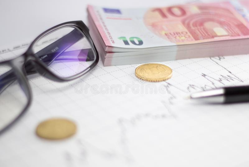 与欧元钞票、计算器和笔的股票市场图 库存图片