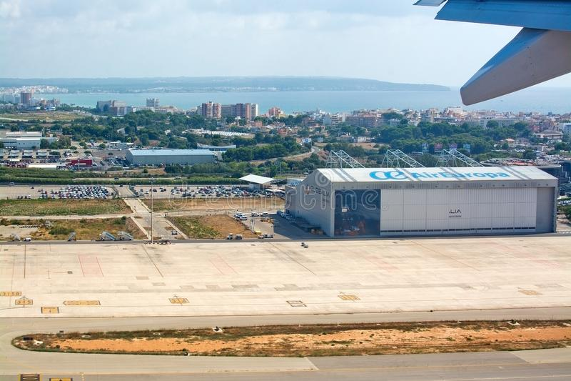 与欧洲航空公司飞机棚的跑道对Playa de帕尔马的离地升空和看法 库存图片