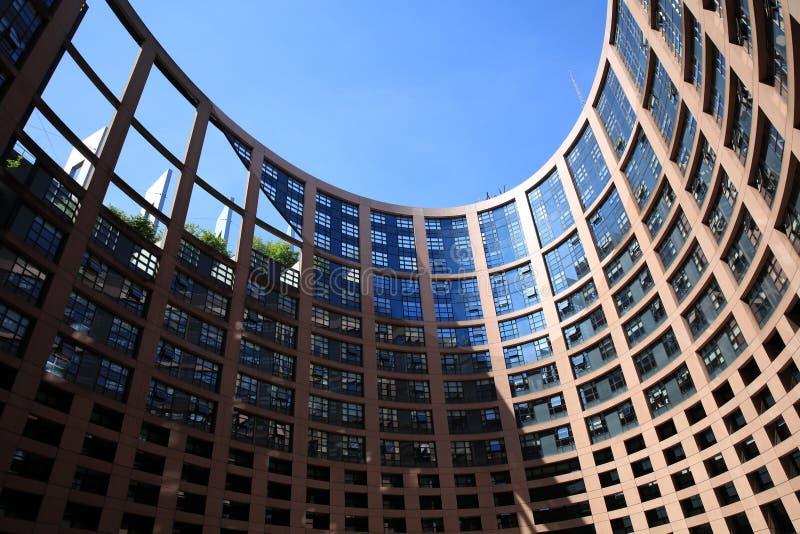 与欧洲议会的成员窗口的欧洲议会大厦在史特拉斯堡 免版税库存照片
