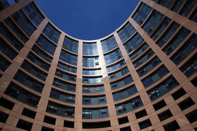 与欧洲议会的成员窗口的欧洲议会大厦在史特拉斯堡 库存图片