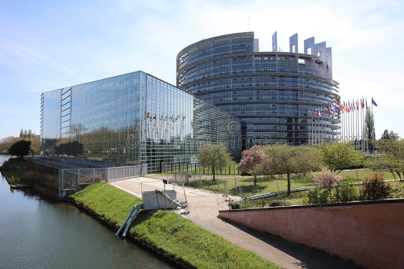 与欧洲议会的成员窗口的欧洲议会大厦在史特拉斯堡 免版税库存图片