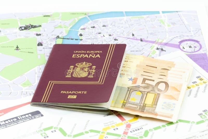 与欧盟货币钞票和地图的西班牙护照 免版税库存照片