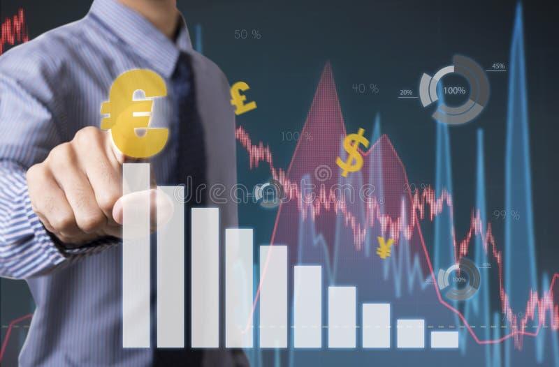 与欧洲标志的商人感人的财务分析图表 免版税图库摄影