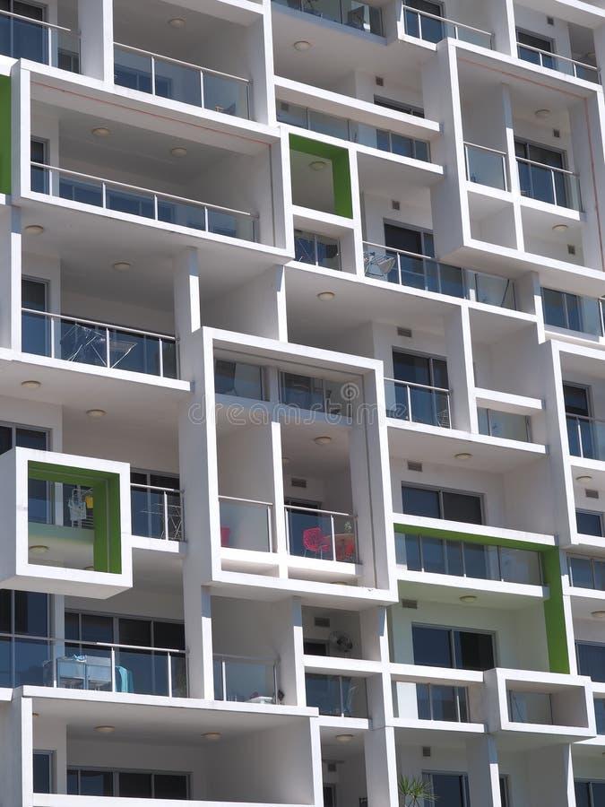 与正方形的新的现代建筑学高层住宅块 库存图片