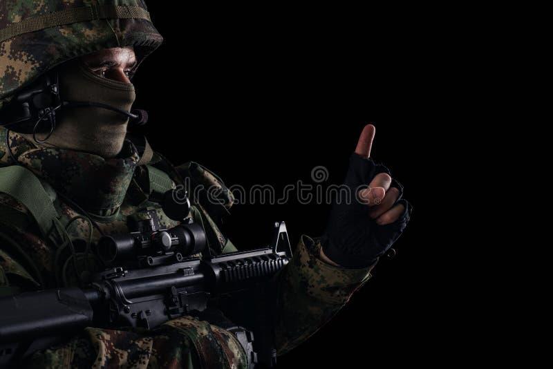 与步枪的战士特种部队在黑暗的背景 免版税图库摄影