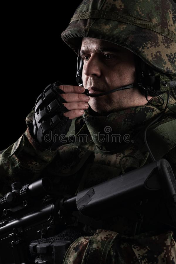 与步枪的战士特种部队在黑暗的背景 免版税库存图片