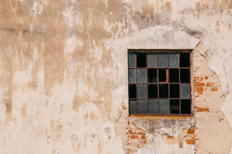 与残破的窗口的老大厦在被放弃的房子里 免版税库存照片