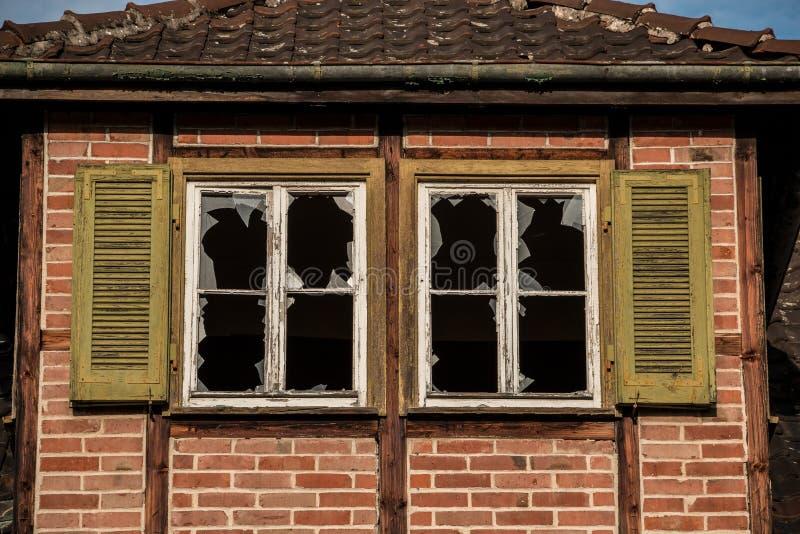 与残破的窗口的老被毁坏的砖房子废墟 免版税库存图片