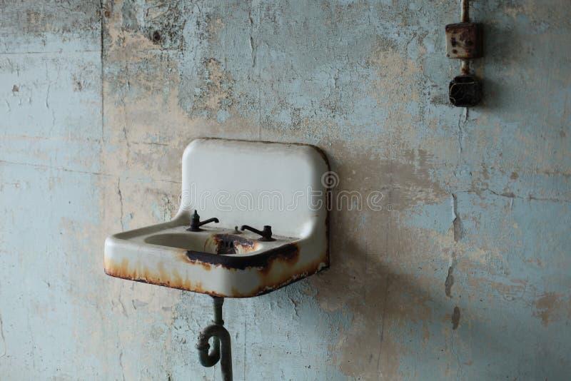 与残破的装置的老生锈的水槽 库存照片