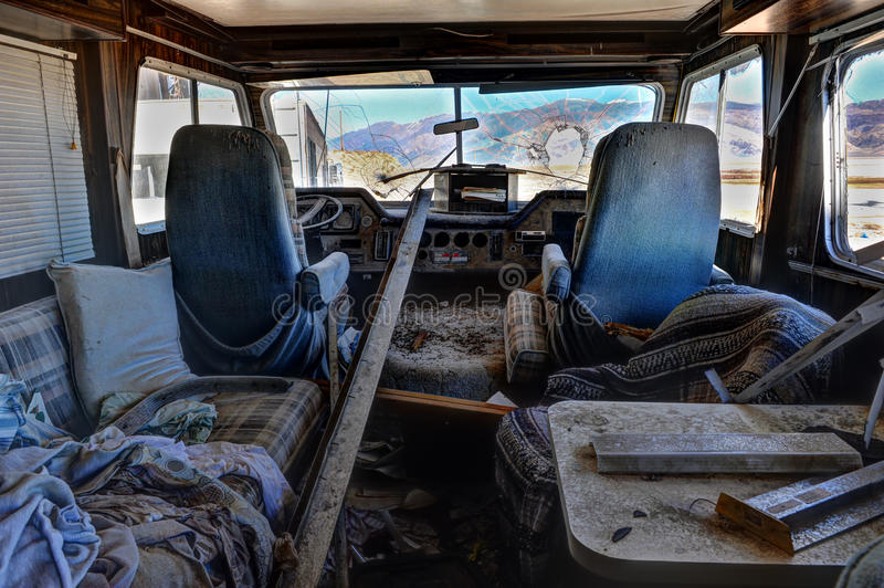 与残破的挡风玻璃的老被放弃的RV 免版税库存图片
