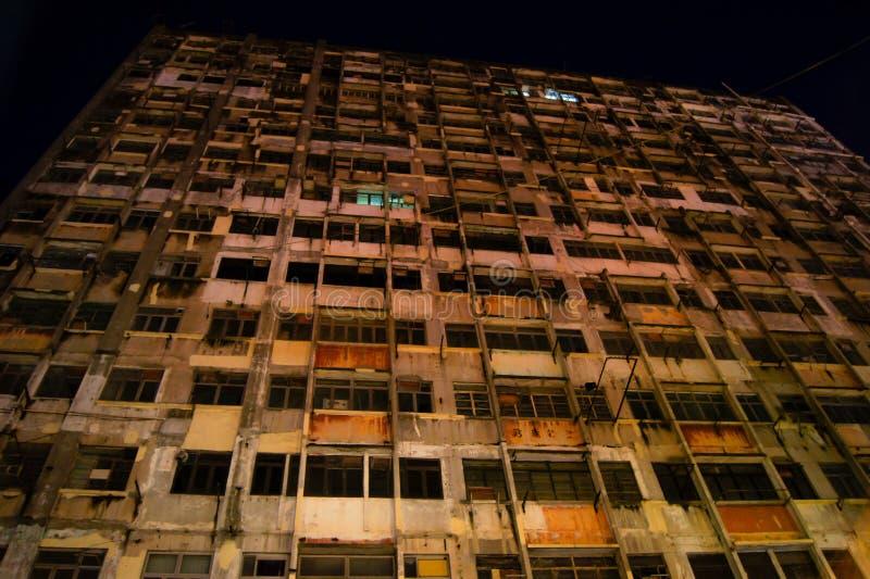 与残破的窗口的遗弃大厦门面 免版税库存图片